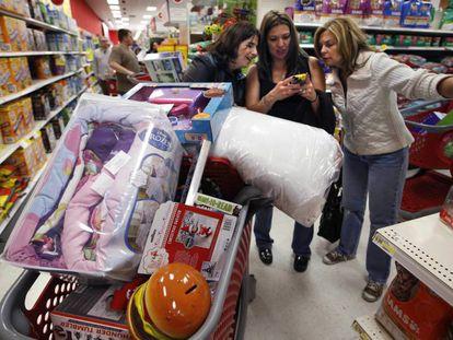 Un grupo de madres de compras en un Target en South Portland, Maine