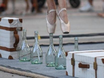 Elena Vives baila con las puntas encima de botellas en 'Los viajes de Bowa', que se podrá ver este sábado y domingo en los Teatros del Canal.