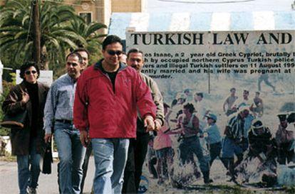 Unos turcochipriotas entran en el lado griego de la isla después de cruzar el puesto fronterizo de Ledra, en Nicosia.   / REUTERS