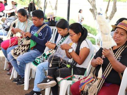 Estudiantes en la Universidad Autónoma Indígena Intercultural, en Colombia.