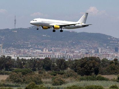 Vista de un avión aterrizando en El Prat desde La Ricarda.