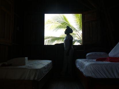 Amelia Hurtado Arboleda en una de las habitaciones de su posada, en Nuquí, Chocó, Colombia.