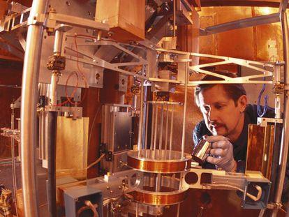 El físico Richard Steiner con la balanza de Watt, en una foto de archivo.