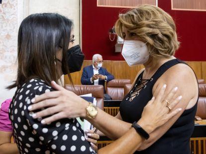 Susana Díaz (derecha) se despide de la presidenta del Parlamento andaluz, Marta Bosquet.