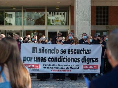 Músicos de la Orquesta Sinfónica de Madrid sujetan una pancarta durante una protesta silenciosa frente al Auditorio Nacional, a 29 de junio de 2021, en Madrid