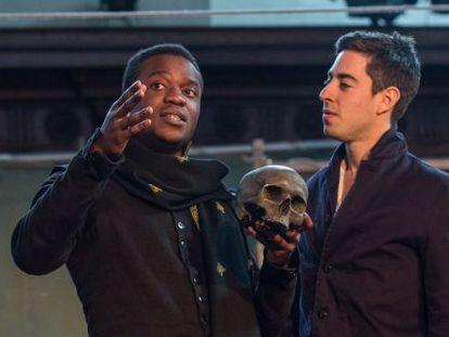 De izquierda a derecha, Ladi Emeruwa y Tom Lawrence en 'Hamlet' de Globe to globe.