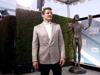 LOS ANGELES, CALIFORNIA - JANUARY 19: Pedro Pascal en la entrada a los premios de la Screen ActorsGuild en el Shrine Auditorium de Los Ángeles, el pasado 19 de enero