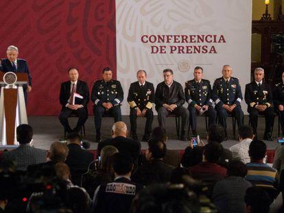 López Obrador, junto a los secretarios de Defensa y Marina, este jueves.