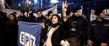 Protestas contra el cierre de ERT frente a la sede del canal en Atenas.