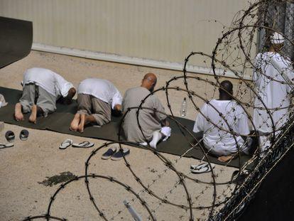 Varios detenidos, en la prisión de la base militar estadounidense en Guantánamo, Cuba, en una foto de archivo.