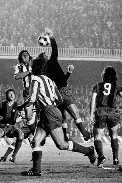 Pacheco, portero del Atlético, despeja de puño el balón junto a Ovejero, que salta con él, y Adelardo mientras Martí Filosía y Barrios (9), del Barcelona, permanecen a la expectativa en un partido jugado en el Camp Nou en abril de 1973.