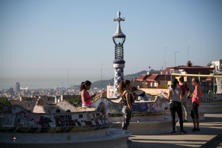 Barceloneses disfrutan del Park Güell en una de las fases de desconfinamiento.