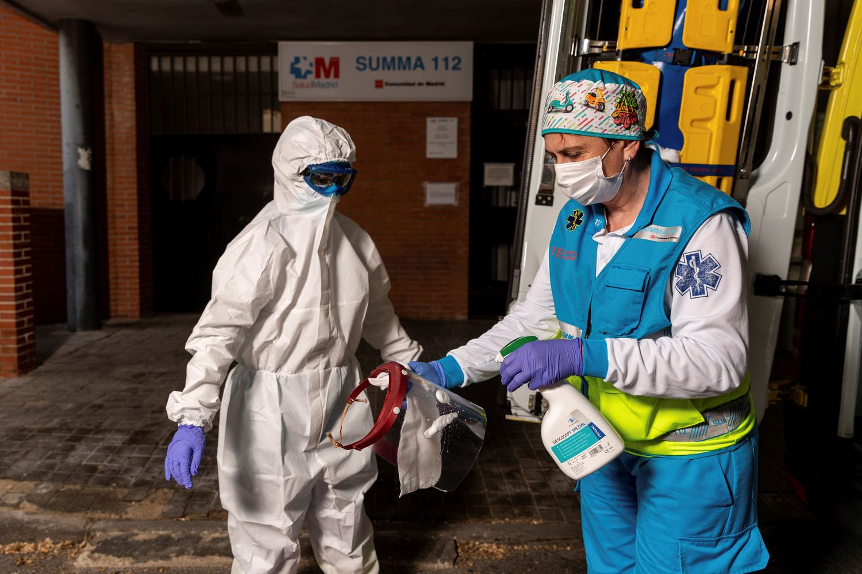 Miembros del equipo sanitario del Suma realizan el proceso de colocación y retiro de un Epi completo, durante su guardia de 24 horas en el Centro de Salud Las Águilas en Madrid.