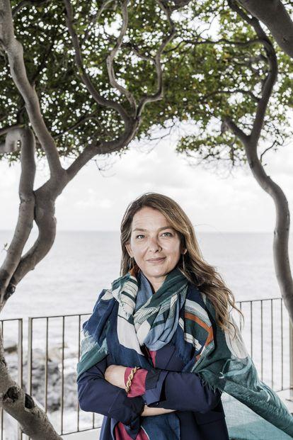 Lia Piano, escritora y directora de los programas editoriales de la Fundación Renzo Piano, en el jardín de su casa, en Génova (Italia), el pasado 13 de mayo.