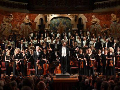 Gardiner saluda, tras una de las cinco jornadas interpretando a Beethoven, durante uno de los últimos conciertos celebrados en el Palau antes del cierre.