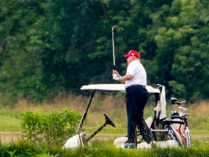 El presidente de EE UU, Donald Trump, que ha anunciado este viernes haber contraído la covid-19, en un campo de golf en Sterling, Virginia, el 27 de junio de 2020.