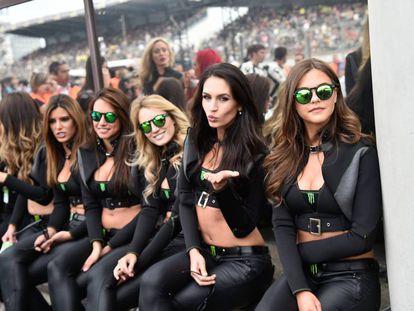 Azafatas de Monster en un gran premio, Grace Barroso es la cuarta por la derecha.