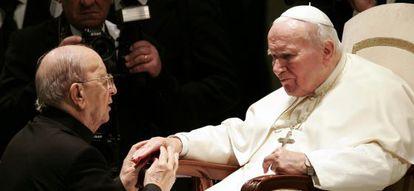 El papa Juan Pablo II en una audiencia en el Vaticano a Marcial Maciel en 2004.