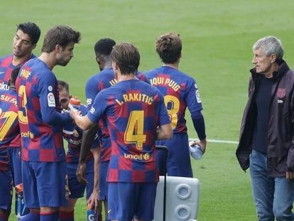 Setién, junto a varios jugadores del Barcelona, durante el partido ante el Celta en Balaídos este sábado.