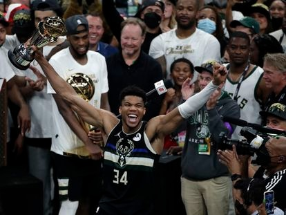 Giannis Antetokounmpo de los Milwaukee Buck celebra el trofeo MVP después de derrotar a los Phoenix Suns en el sexto juego de las finales de la NBA y proclamarse campeones.