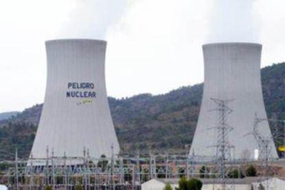 Los activistas de Greenpeace pintaron en 2011 un lema contra las nucleares en una de las torres de refrigeración de Cofrentes.