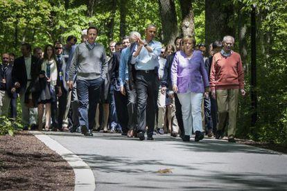 Los líderes asistentes a la Cumbre del G-8 acuden hacia la zona de prensa para tomar las fotos de familia.