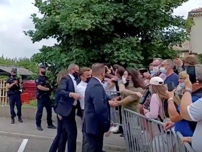 Un hombre abofetea al presidente francés, Emmanuel Macron, durante la visita del mandatario a Tain-l'Hermitage, en el departamento de la Drôme (Francia), el pasado 8 de junio.