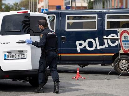 Un agente durante un control de la Policía Nacional en Málaga.