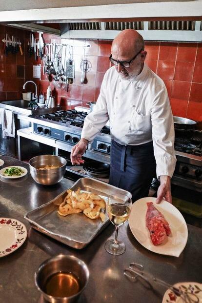 Raimon Braun Rexach frente a los ingredientes para su 'suquet' de cabracho.
