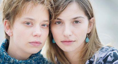 Las actrices Sophie Breyer (izquierda) y Marie Colomb, en la serie 'Laëtitia o el fin de los hombres'.