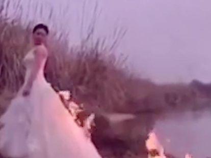 Una recién casada quema su vestido de novia y casi sale ardiendo cuando.