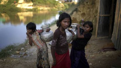 Unas chicas refugiadas rohinyá en el campo de Kutupalong (Bangladés).