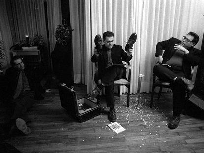 Rafael Metlikovez y Xavier Theros (Accidents Polipoètics), en 1998, en Barcelona, durante una lectura en casa de Esther Tusquets, escritora y editora de Lumen.