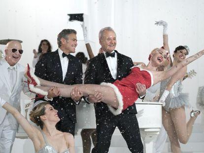 George Clooney, Bill Murray y Miley Cyrus en un momento del especial Navideño 'A Very Murray Christmas' para Netflix.