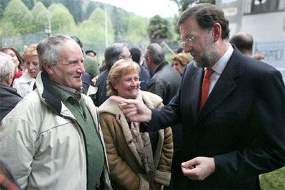 Mariano Rajoy saluda a los padres de Miguel Ángel Blanco, concejal asesinado por ETA en 1997.