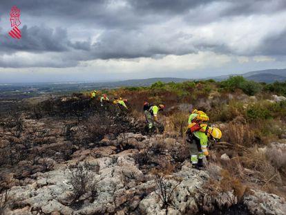 Bomberos forestales aseguran el perímetro del incendio de Rafelguaraf, en una imagen del 112.