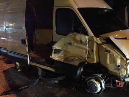 Cuatro ocupantes resultaron heridos leves al atravesar el vehículo dos cancelas cerradas en El Tarajal
