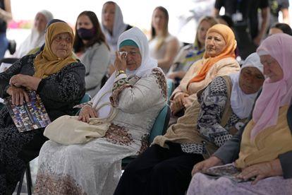 Mujeres de Srebrenica siguen la transmisión en directo del Tribunal de Crímenes de Guerra de Yugoslavia en La Haya.