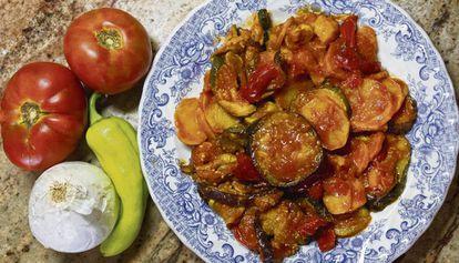 Un plato de 'tumbet' o milhojas de verdura, con sus ingredientes.