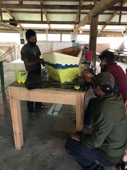 Los zapatistas están trabajando en la construcción de uno de los barcos.