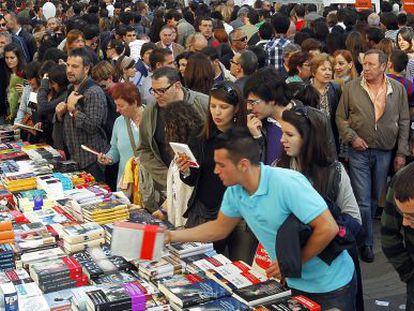 Decenas de lectores en la Rambla de Barcelona en el día de Sant Jordi de 2011.