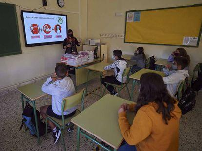 Una profesora explica las medidas de seguridad en el Instituto de Enseñanza Secundaria Askatasuna de Pamplona.