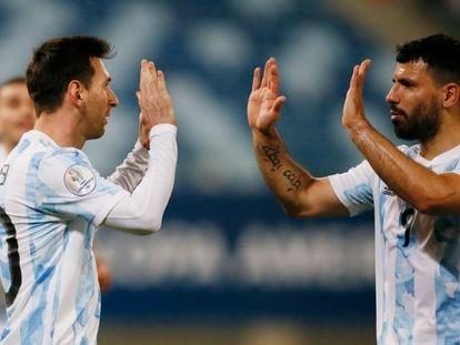 Messi celebra con Agüero uno de sus goles frente a Bolivia.
