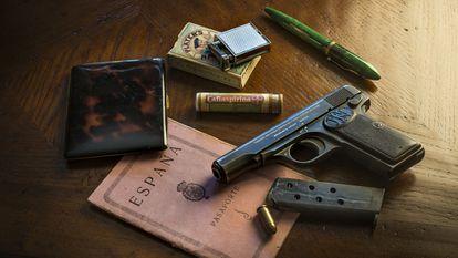 Imprescindibles. Pasaporte, pitillera de carey, cigarrillos Players, encendedor de plata Parker Beacon, tubo  de cafiaspirinas, pluma estilográfica Sheaffer Balance color verde jade y pistola Browning FN 1910.