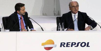 El presidente de Repsol, Antonio Brufau (derecha), y el consejero delegado, Josu Jon Imaz, durante la junta general de accionistas.