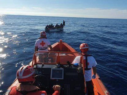 Una lancha de la Cruz Roja, en el rescate de una patera frente a las costas murcianas el pasado octubre.