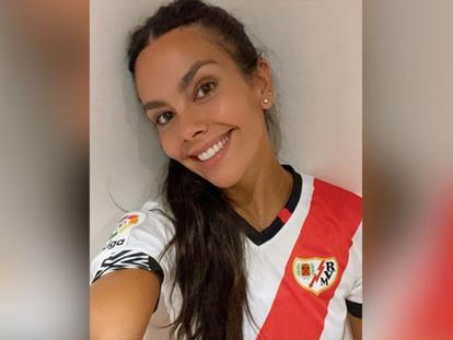 La presentadora televisiva Cristina Pedroche con la camiseta del Rayo Vallecano.