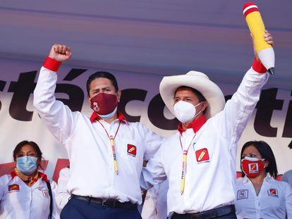 Vladimir Cerrón (izquierda) y Pedro Castillo en un evento de campaña en Junín, en marzo.
