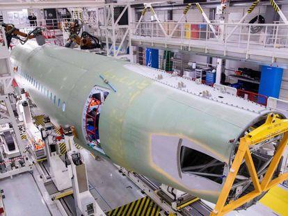 Fuselaje de un A-320 en una fábrica de Hamburgo, Alemania. En vídeo, Trump impondrá aranceles a productos europeos y los aviones de Airbus.