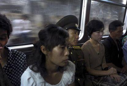Viajeros en el metro de Pyongyang el pasado lunes.